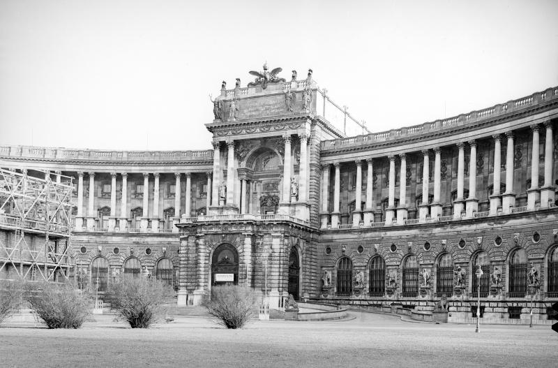 Beschreibung:  Neue Burg: Teilansicht vom Heldenplatz. Aufnahme während der Ummauerung des Prinz Eugen-Denkmals zum Schutz vor Bomben.  Bildnachweis: OeNB