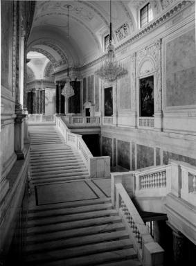 Neue Burg, Stiegenhaus; Durchblick vom südwestlichen Treppenlauf gegen die Mitte.  Datierung: 14.03.1940   Bildnachweis: ÖNB