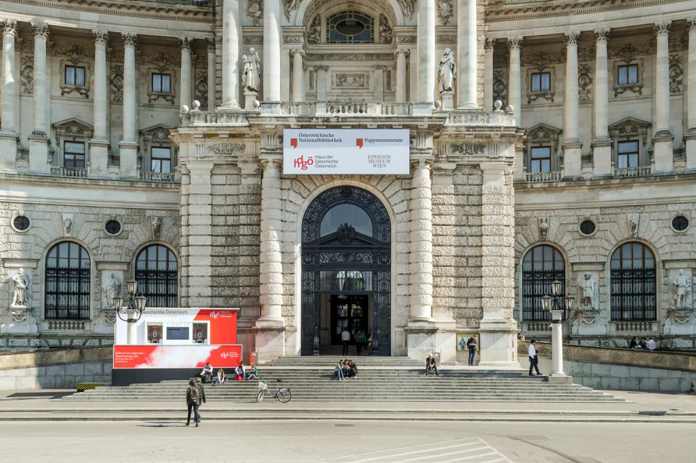 Die Außenkassa zur Eröffnung des Hauses der Geschichte auf der Freitreppe der Neuen Burg, Wien, 2019, Foto: Klaus Pichler, hdgö