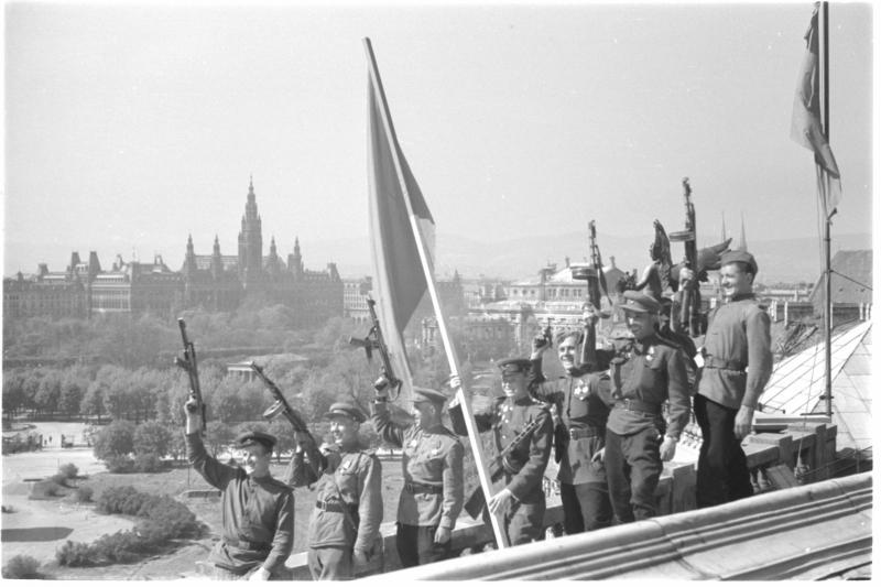 Sowjetrussische Soldaten auf der Neuen Burg, Simon Raskin, Wien, April 1945. ÖNB, Bildarchiv und Grafiksammlung