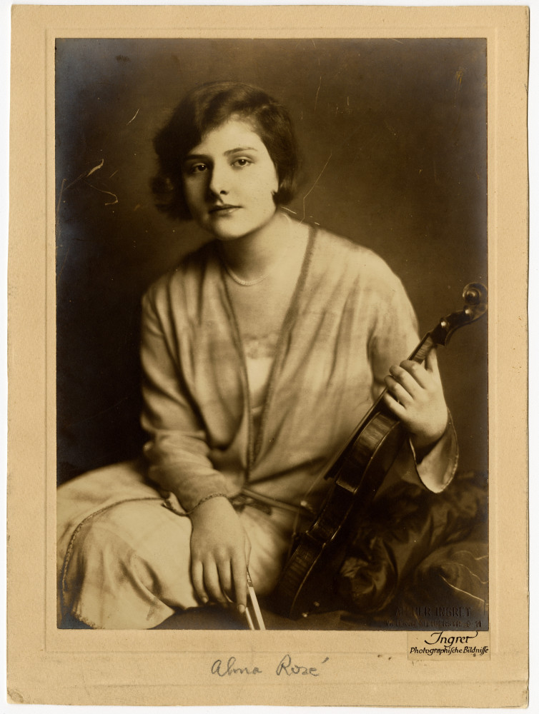 Alma Rosé mit ihrer Guadagnini Geige, undatiert. The Gustav Mahler–Alfred Rosé Collection. Music Library, University of Western Ontario, Canada. Supported by The Gladys Krieble Delmas Foundation