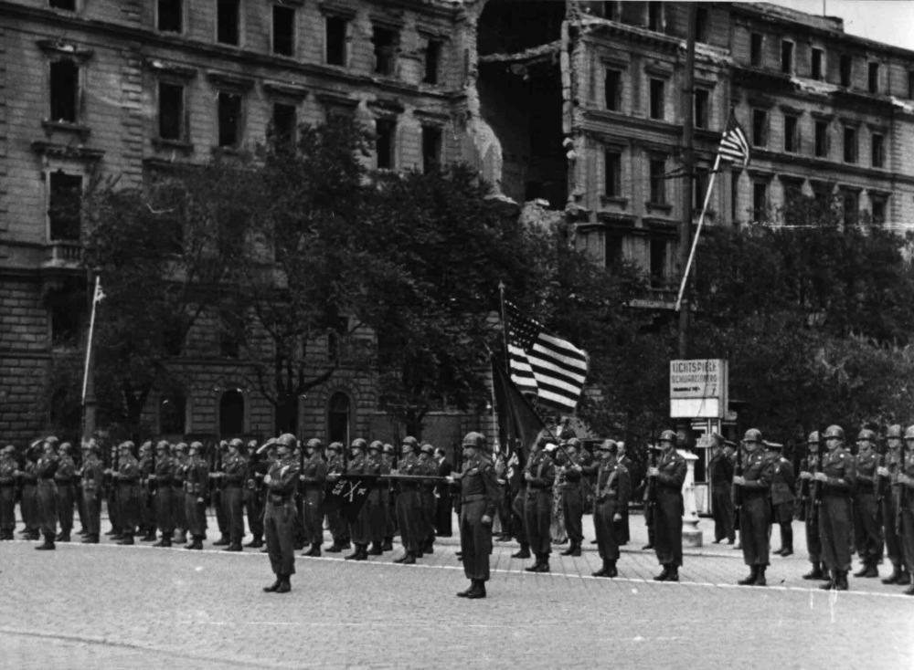 Zum Beginn der gemeinsamen Verwaltung Wiens durch alle vier alliierten Mächte fand eine Zeremonie am Schwarzenbergplatz statt. Ausgewählt wurde dieser Platz offiziell, weil er nicht stark zerstört war – tatsächlich war der größere Heldenplatz aber durch die NS-Propaganda besetzt und daher tabu.