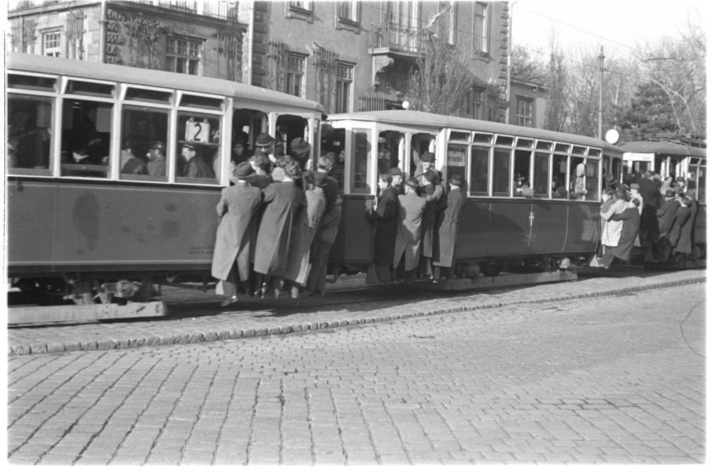 Ende April nahmen die ersten Straßenbahnlinien wieder ihren Betrieb auf. An den Einstiegen hängen Menschentrauben, weil die Wägen überfüllt sind.