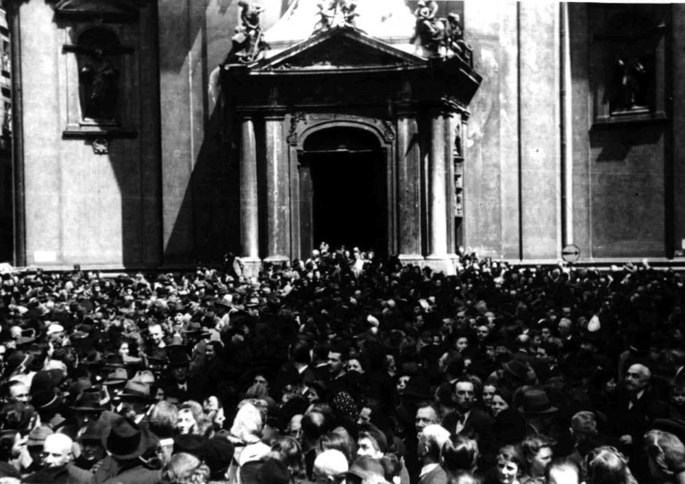 Anlässlich des Kriegsendes wurden am 9. Mai, einem Mittwoch, zu Mittag alle Glocken katholischer Kirchen geläutet und Dankgottesdienste gehalten. Zur Messe des Erzbischofs von Wien strömte eine große Menschenmenge in und vor die Peterskirche. Es ist als Signal für ein neues Verständnis zwischen Katholizismus und SozialdemokratInnen zu verstehen, dass die von einem Sozialdemokraten geführte provisorische Staatsregierung diese Messen angeregt hatte.