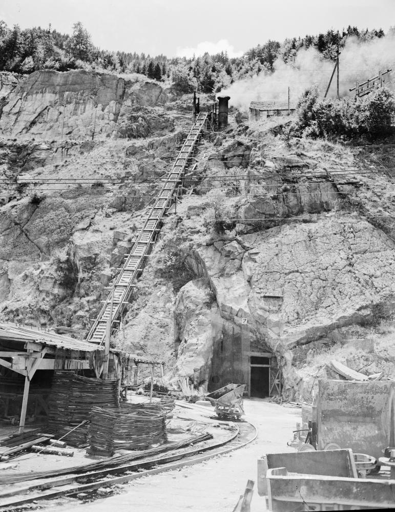 Eingang zur unterirdischen Erdölraffinerie im ehemaligen KZ Ebensee. Die technische Anlage war von der Wehrmacht aus Port-Jérôme-sur-Seine am Ärmelkanal geraubt und hier aufgebaut worden. Während der US-amerikanischen Verwaltung wurde sie noch einige Jahre weiterbetrieben.