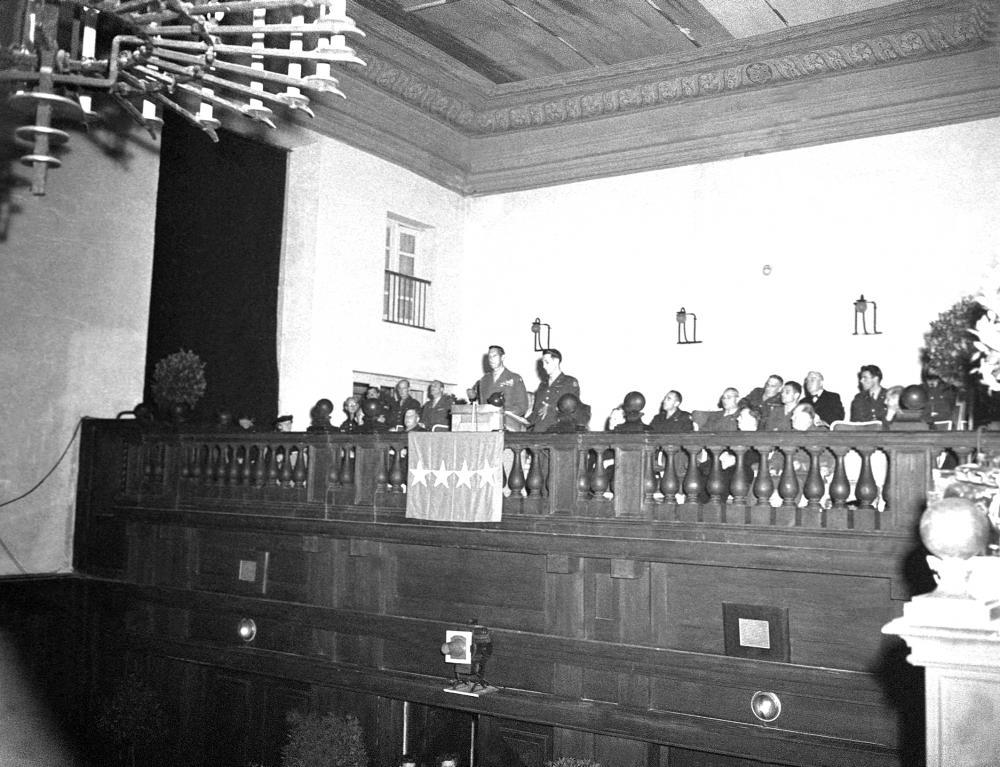Ansprache von US-General Mark W. Clark am Eröffnungsabend der Salzburger Festspiele im damaligen Stadtsaal des Festspielhauses (heute: Karl-Böhm-Saal).