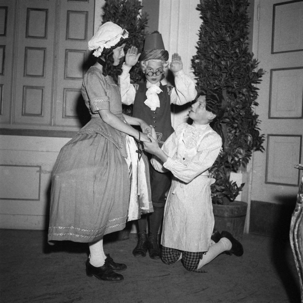 Eines der größten Probleme der ersten Salzburger Festspiele war, dass die meisten prominenten KünstlerInnen in Österreich mit der NS-Kulturpolitik kollaboriert hatten. Ein einfacher Ausweg war es, die Wiener Sängerknaben zu engagieren – hier in Kostümen der Oper Der Apotheker von Josef Haydn.
