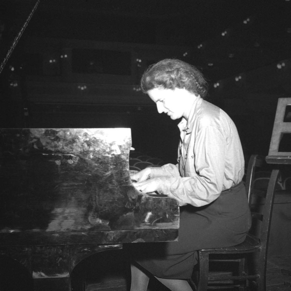 Die in den USA geborene Pianistin Margot Pinter hatte vor der NS-Herrschaft bei Eduard Steuermann in Wien studiert. Am Ende des Zweiten Weltkriegs kam sie als Kulturoffizierin zurück nach Österreich und wirkte auch bei den Salzburger Festspielen mit.