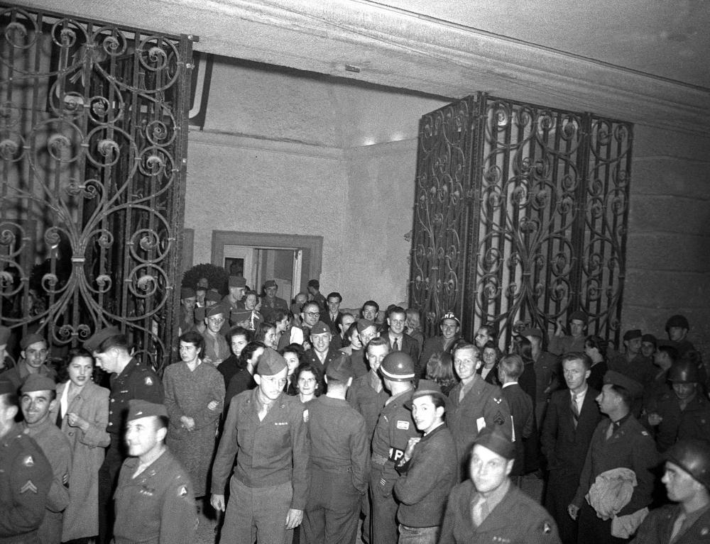 Schon im Frühling hatte die US-Verwaltung in Salzburg entschieden, dass die Festspiele stattfinden sollten – sie waren ein wichtiges Signal für eine neue Kulturpolitik in Europa (gegen die NS-Kulturpolitik, aber auch gegen die Sowjetunion gerichtet). Ungefähr zwei Drittel der BesucherInnen dieser ersten Ausgabe nach dem Krieg waren US-StaatsbürgerInnen.
