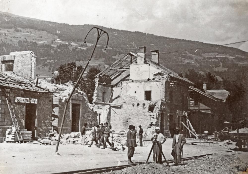 Beginn der Aufräumarbeiten am bombenzerstörten Lienzer Bahnhof
