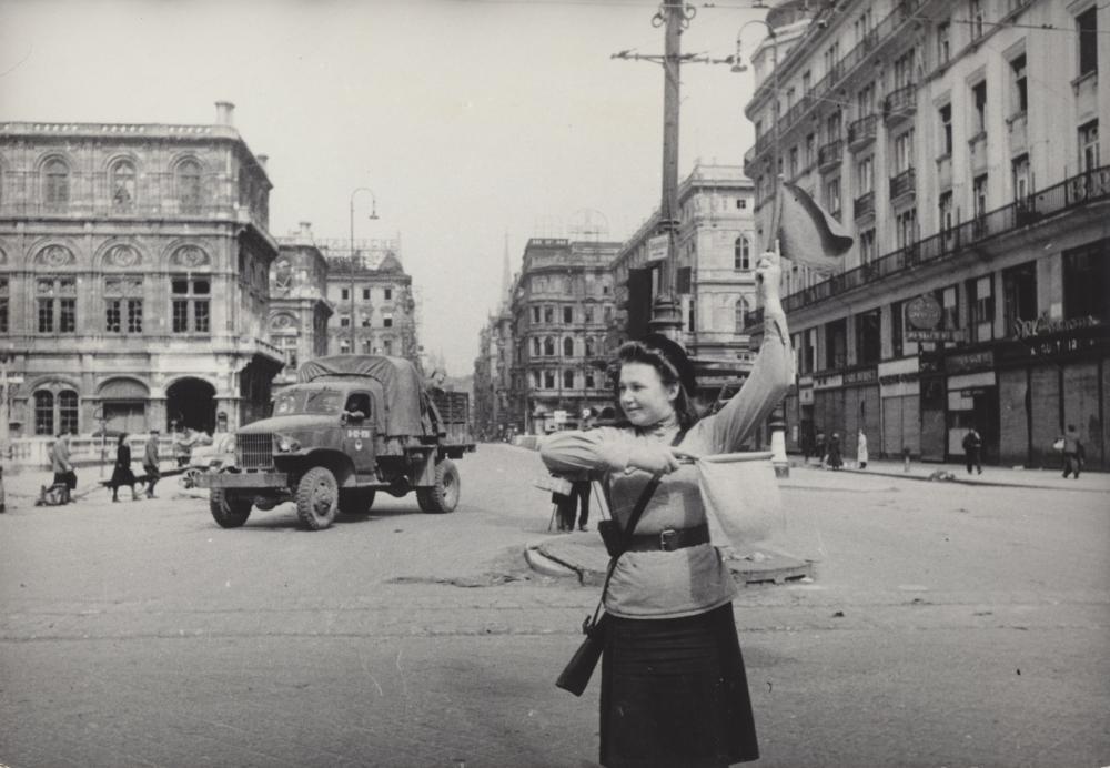 Dieses Bild einer sowjetischen Verkehrspolizistin wurde oft abgedruckt: Für die sowjetische Verwaltung stand es nicht nur für Normalität und Ordnung, sondern auch für die Fortschrittlichkeit der Geschlechterrollen. Für ÖsterreicherInnen wiederum war das Motiv einer Polizistin zu dieser Zeit äußerst ungewöhnlich.