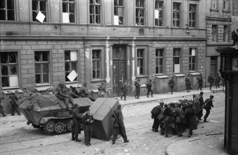 Mit der eigenen Kamera wurde hier der Abzug der deutschen Einheiten festgehalten – mitten in der Schlacht um Wien aufgenommen, zeigt dieses Foto, wie präsent Kameras auch in Kampfhandlungen waren.