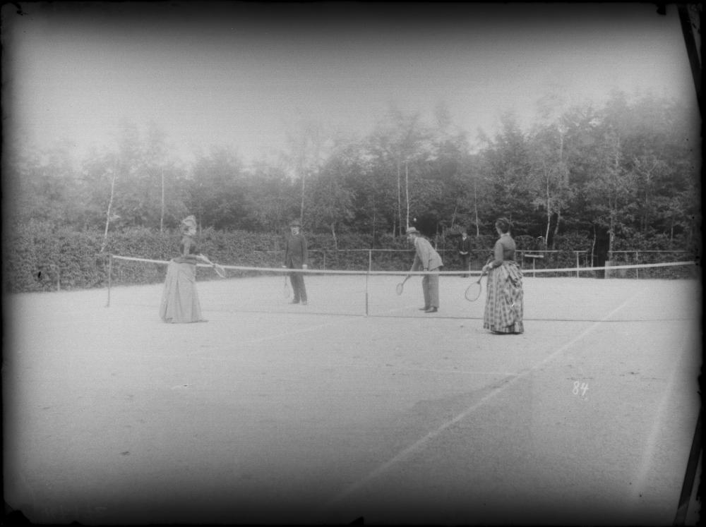 Erzherzog Karl Ludwig und Erzherzog Otto von Österreich beim Tennisspiel (gemischtes Doppel) mit weiteren Tennisspielerinnen auf der Sommerfrische in Reichenau