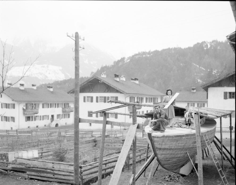 Familie Albrecht beim Bootsbau