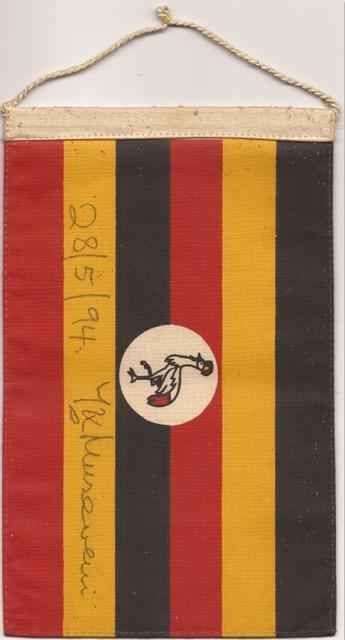 Ugandische Fahne mit einer Unterschrift des Präsidenten Museweni als Geschenk an die Wirtin des Gasthauses zum Grünen Jäger, Unterolberndorf