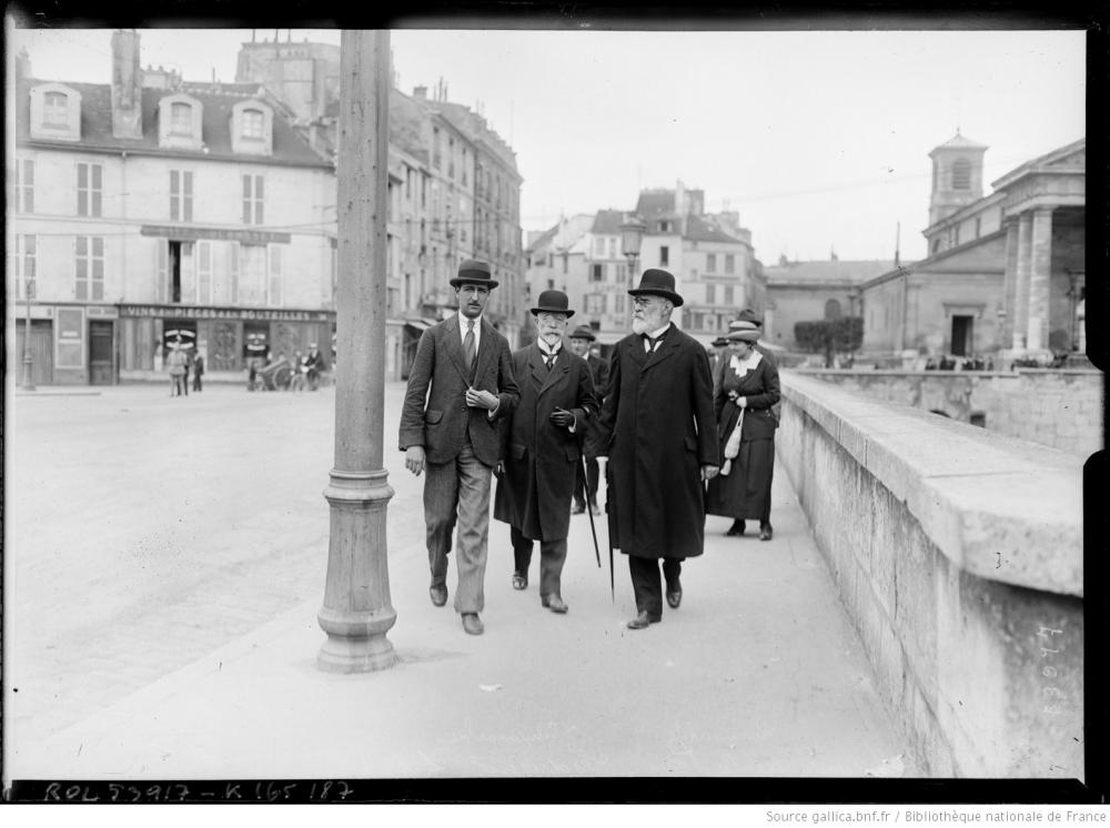 Die österreichischen Delegierten Lammasch und Schumacher am Rückweg von der Messe in der Kirche Saint-Germain, 18.05.1919