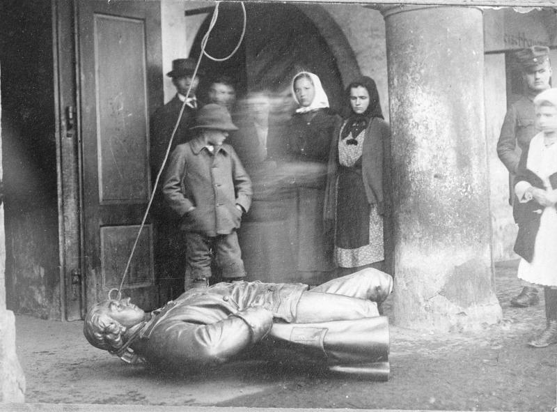 Die Stadt Radkersburg geriet zu einem Zentrum der Auseinandersetzungen zwischen Einheiten des neuen jugoslawischen und deutschösterreichischen Staates. Von österreichischer Seite wurde jugoslawischen Gendarmen eine Attacke auf die Statue Kaiser Josefs II. nachgesagt, die anschließend in der Mur versenkt worden war. Am Tag nach dem anti-österreichischen Denkmalsturz wurden diese Aufnahmen gemacht, für die sich österreichische Gendarmen und BewohnerInnen der Stadt mit der geborgenen Statue posieren. Radkersburg selbst wurde schließlich geteilt. Der größte Teil der Stadt kam aber durch die Bestimmungen des Friedensvertrages zu Österreich.