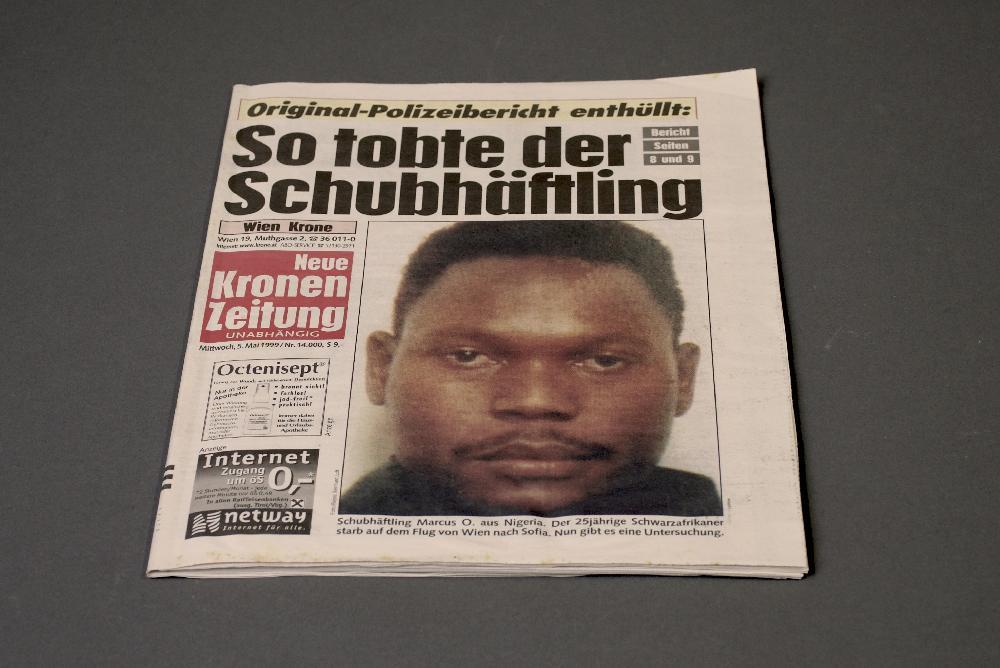 Die Titelseite der Kronen Zeitung vom 5.5.1999 wurde zu einem zentralen Beispiel für die Kriminalisierung von Schwarzen Menschen und die ethische Verantwortung von Medien. Dass dem Getöteten unterstellt wurde,